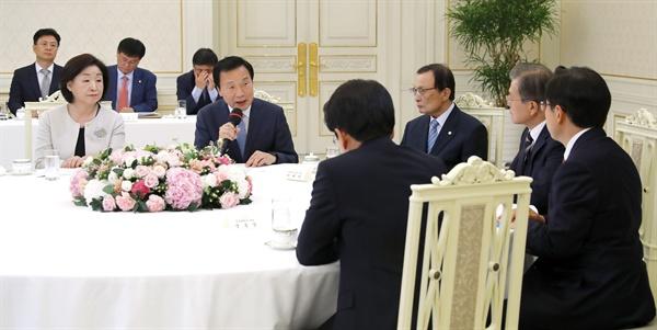문재인 대통령이 18일 오후 청와대에서 열린 '정당대표 초청 대화'에서 여야 5당 대표와 회동한 가운데 바른미래당 손학규 대표가 발언하고 있다.