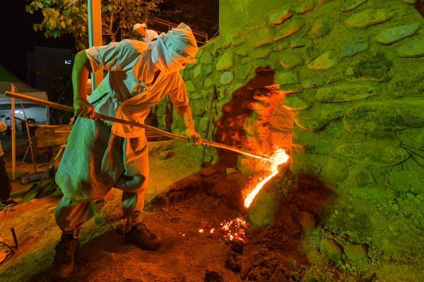 쇠부리꾼이 토철을 녹이는 과정을 재현