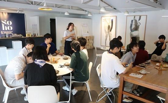 밝은세상영농조합 이혜인 대표가 '호랑이배꼽 막걸리' 제조법을 설명하고 있다.