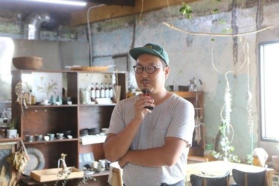 꽃비원 키친에서 설명을 이어가는 정광하 대표.