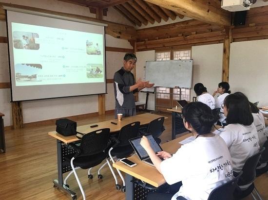 김상식 대표가 연수단에게 두리농원 발전 과정을 설명하고 있다.