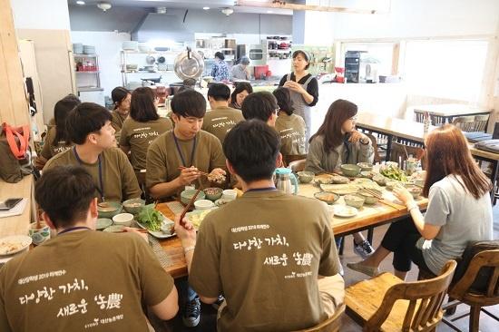 '밥 카페 반(飯)하다'에서 미실란 남근숙(48) 이사가 연수단에게 자연밥상을 소개하고 있다.