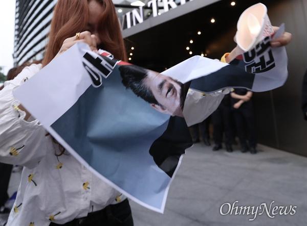 겨레하나 회원들이 18일 오후 서울 종로구 일본대사관 앞에서 일본의 경제보복조치에 대한 규탄 촛불집회를 열고 아베 규탄과 '친일적폐' 반대를 주장하고 있다.