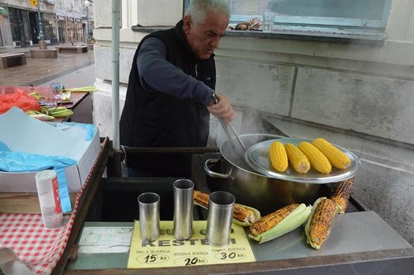구운 옥수수 가게. 예상 밖의 달콤한 맛이 일품이다.