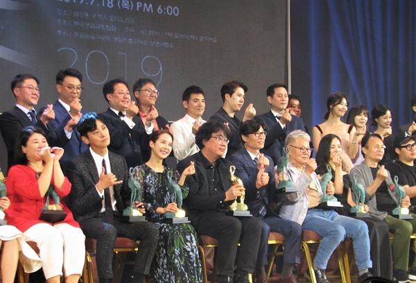 18일 오후 서울 코엑스 오디토리움에서 열린 24회 춘사영화제 수상자들