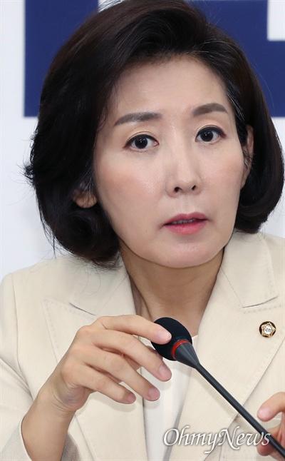 원내대책회의 주재한 나경원 자유한국당 나경원 원내대표가 19일 오전 국회에서 원내대책회의를 주재하고 있다.