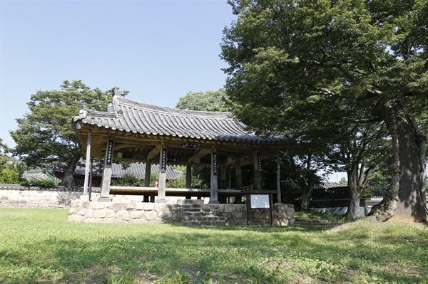 영암 선애마을로 가는 길목에서 만나는 누정 영팔정. 영팔정은 조선 초 전라도 관찰사를 지낸 하정 유관이 마을의 지세와 경관에 반해 지었다.