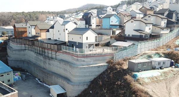 급경사지에 높이 13m의 옹벽을 쌓은 위태로운 전원주택단지