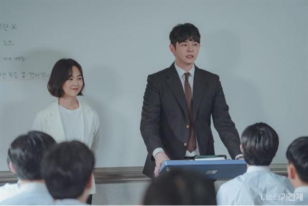 OCN 드라마 <미스터 기간제>의 한 장면