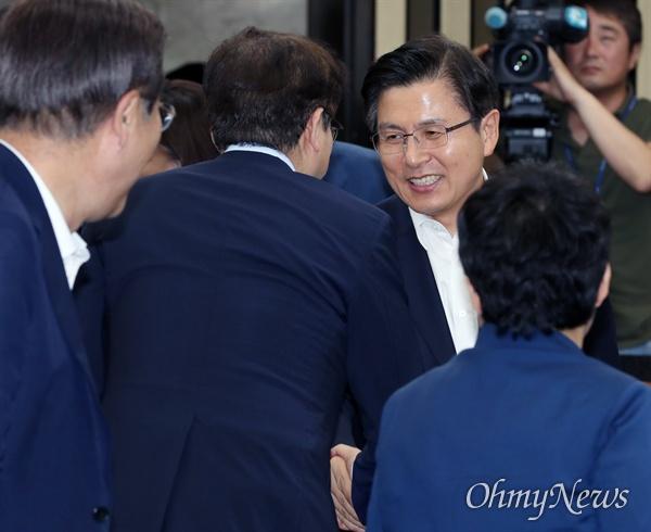 의총 참석한 황교안  자유한국당 황교안 대표가 19일 오후 국회에서 열린 의원총회에 입장하며 의원들과 인사하고 있다.