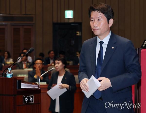 의총 소집한 이인영 더불어민주당 이인영 원내대표가 19일 오후 국회에서 열린 의원총회에서 원내상황 보고를 마친 후 자리로 향하고 있다.