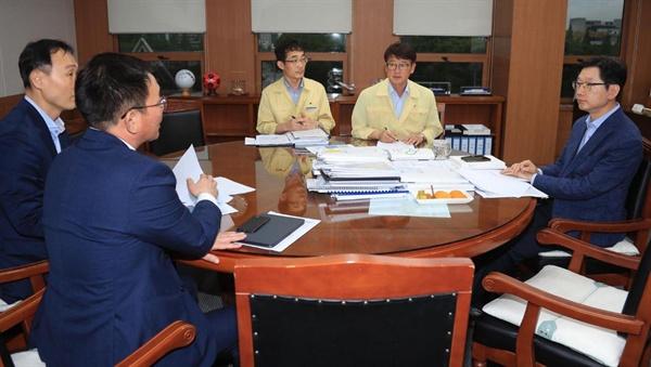 김경수 경남지사는 19일 집무실에서 태풍 관련 대책회의를 가졌다.