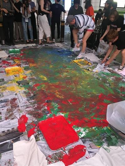 제2차 페미시국광장에 모인 참가자들이 종이를 물감으로 짓밟았다.