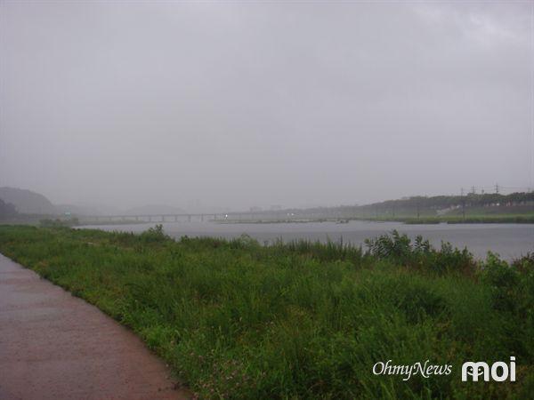 오늘 새벽 강한 비가 내리고 있는 경주 형산강 서천둔치 모습