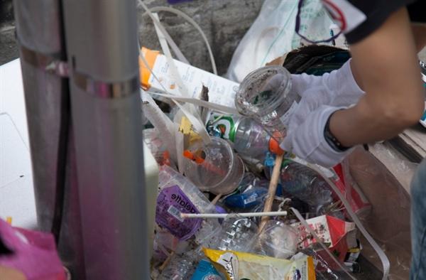 길가에 버려진 컵의 모습