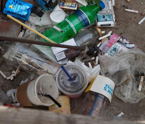 길가에 버려진 테이크아웃 컵