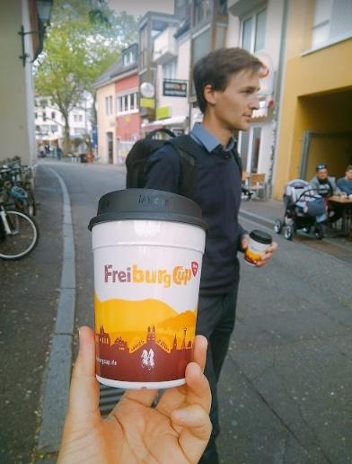 프라이부르크 시티컵과 그에 대해 설명하는 독일 프라이부르크 시 담당자
