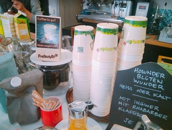 일회용 컵 대신 프라이부르크 시티컵과  'coffee to go?'라며 재사용 컵을 알리는 나무 안내판