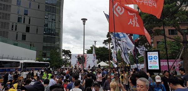 대학생들의 강제징용 개사곡 열창 여나믄 명의 대학생들이 무대에 올라가 '독립군가'를 일본 경제보보, 강제징용, 위안부 등을 비판하는 내용으로 개사해 부르고 있다.