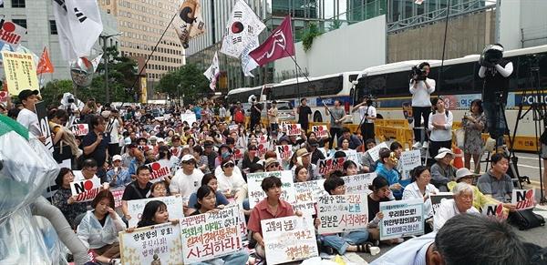 다양한 반일 요구를 담은 피켓들 강제징용 판결에 대한 일본의 경제보복 조치에 항의하는 다양한 내용의 피켓들을 들고 1200여 명이 모여 일본 아베를 성토했다.