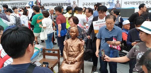 소녀상 기념 촬영 집회 장소를 찾은 시민들은 소녀상을 둘러 서서 기념 사진을 찍으며 일본의 경제 보복에 항의하였다.