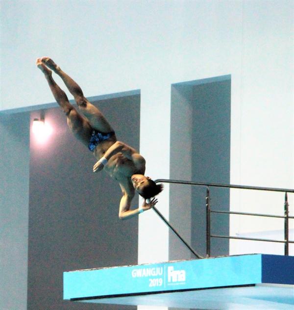 우하람 선수가 20일 열린 2019 광주 FINA 세계수영선수권대회 10m 플랫폼 경기 6차 시기에서 도약하고 있다.