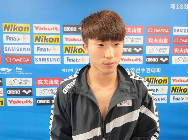 우하람 선수가 경기 후 믹스드존에서 인터뷰하고 있다.