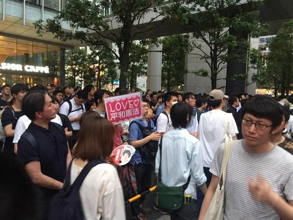 7월 21일 25대 참의원 선거를 앞두고 자민당 유세장에 모인 아베 총리의 지지자들 사이에서 평화헌법을 지킬 것을 주장하는 시민들