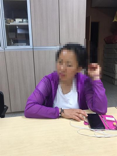 서울역 원봉공회 사무실에서 인터뷰하고 있는 은애씨