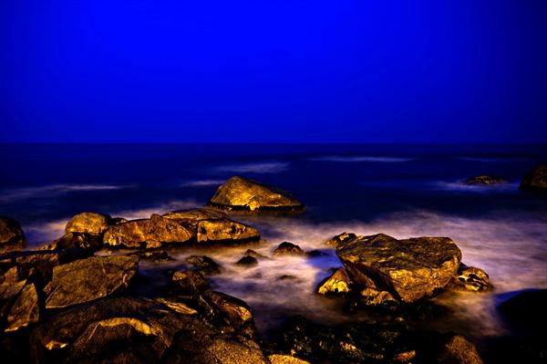 속초 밤바다, 바위도 정겹다.
