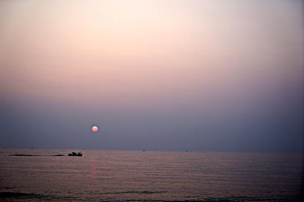 아침 5시 30분, 고기를 잡으러 바다를 달리는 배