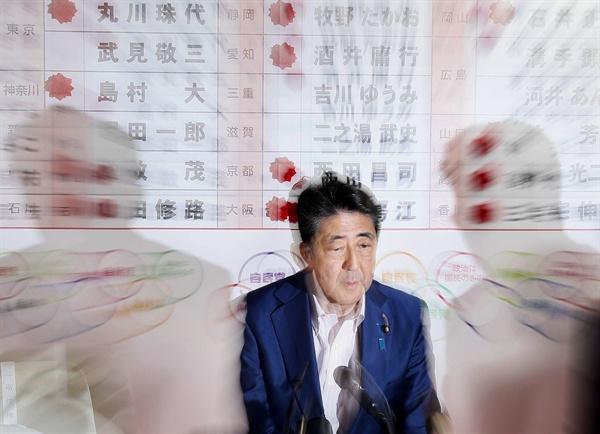 아베 신조 일본 총리가 21일 자민당본부 개표센터에서 TV 중계를 보면서 참의원선거 결과를 확인하고 있다.