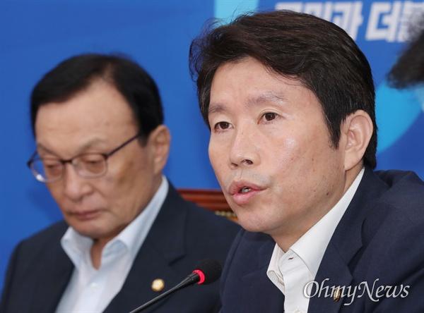 한국당 비판하는 이인영 더불어민주당 이인영 원내대표가 22일 오전 국회에서 열린 최고위원회의에서 모두발언을 하고 있다. 왼쪽은 이해찬 대표.