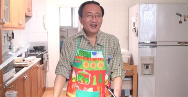 2010년 촬영한 '노회찬의 요리교실' 중 한 장면. 노 의원의 앞치마는 평범하면서도 화려했다.
