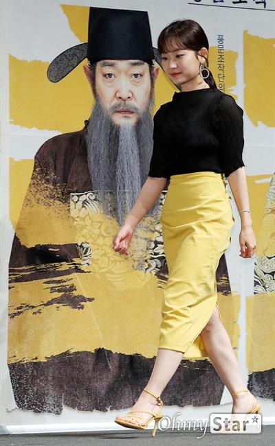 '광대들: 풍문조작단' 김슬기, 통통튀는 매력 배우 김슬기가 22일 오전 서울 CGV압구정에서 열린 영화 <광대들: 풍문조작단> 제작보고회에서 포토타임을 갖고 있다. <광대들: 풍문조작단>은 풍문을 조작하고 민심을 흔드는 광대들이 권력의 실세인 한명회에 발탁되어 세조에 대한 미담을 만들면서 역사를 바꾸는 이야기를 담은 작품이다. 8월 21일 개봉.