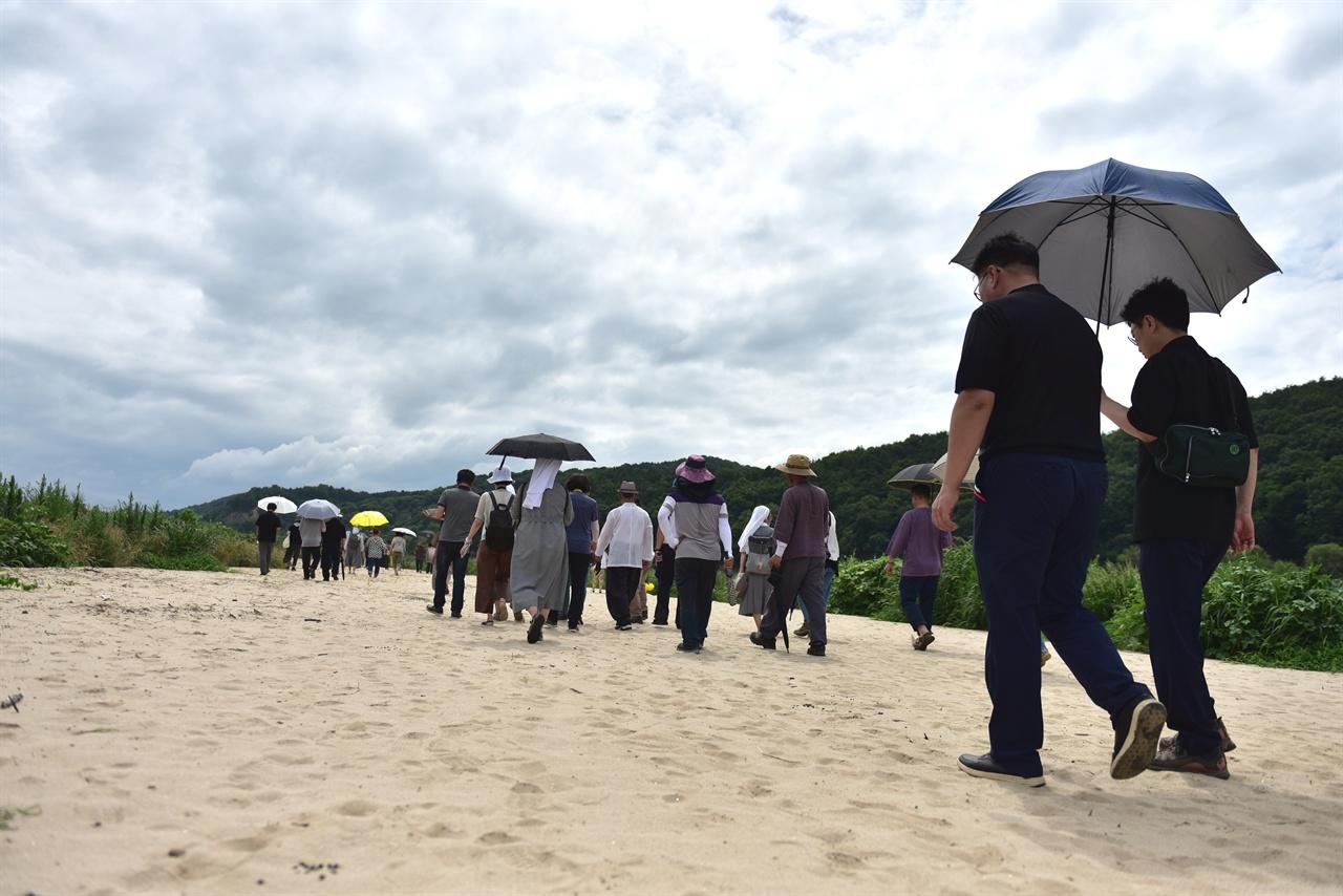 모래를 걷고 있는 참가자들