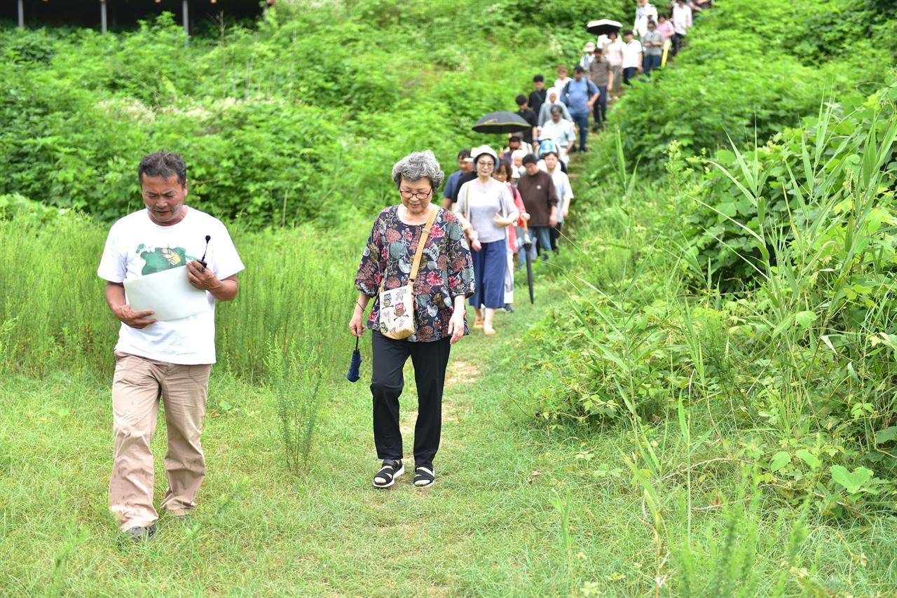 김종술 기자의 안내에 따라 모래밭으로 이동중인 참가자들