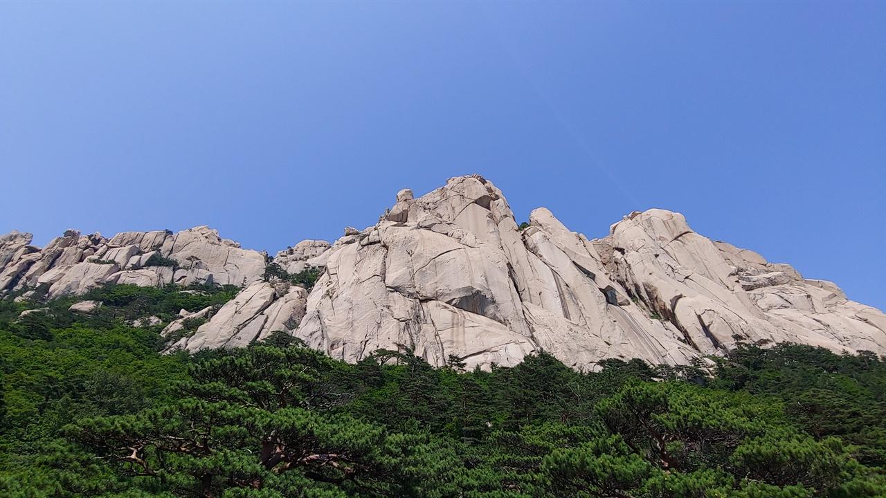 울산바위 울산바위는 설악산의 여러 화강암 가운데서도 가장 늦은 시기인 약 7000만 년 전에 생성되었다고 한다.