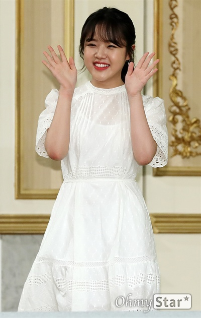 '열여덟의 순간' 김향기, 기분좋은 미소 배우 김향기가 22일 오후 서울 논현동의 한 호텔에서 열린 JTBC 월화드라마 <열여덟의 순간> 제작발표회에서 포토타임을 갖고 있다. <열여덟의 순간>은 위태롭고 미숙한 열여덟살 'Pre-청춘'들의 세상을, 있는 그대로 들여다보는 감성 청춘물이다. 22일 월요일 오후 9시 30분 첫 방송.