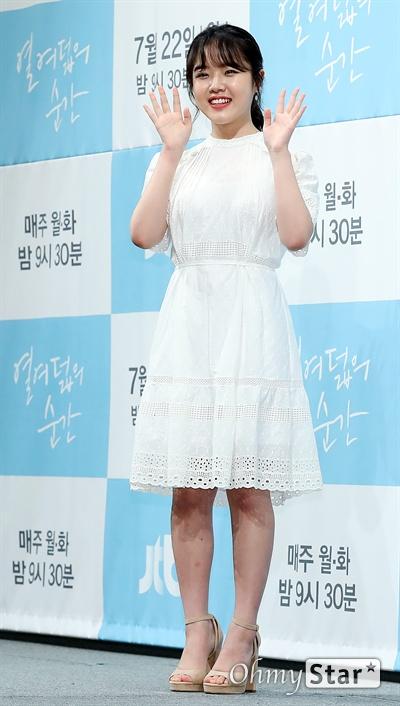 '열여덟의 순간' 김향기, 국민여동생의 미소 배우 김향기가 22일 오후 서울 논현동의 한 호텔에서 열린 JTBC 월화드라마 <열여덟의 순간> 제작발표회에서 포토타임을 갖고 있다. <열여덟의 순간>은 위태롭고 미숙한 열여덟살 'Pre-청춘'들의 세상을, 있는 그대로 들여다보는 감성 청춘물이다. 22일 월요일 오후 9시 30분 첫 방송.