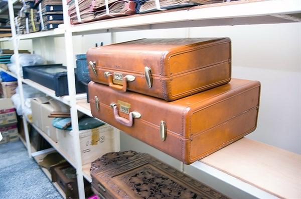 구미시에서 공개한 선산출장소 보관 박정희 유품. 여행용 가방과 괘종시계 같은 물건 등이 서가에 놓여 있다.