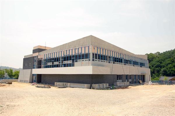 현재 50% 공정으로 공사 중인 박정희 대통령 역사자료관. 내년 하반기에는 완공될 거라는데, 이 건물을 채울 내용도 적지 않은 문제다.
