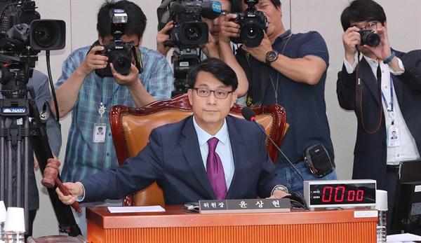 국회 외교통일위원회 윤상현 위원장이 22일 오후 열린 전체회의에서 '일본 수출규제 철회 촉구 결의안' 채택을 의결하는 의사봉을 두드리고 있다.