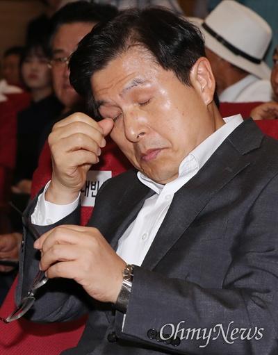 눈가 만지는 황교안 자유한국당 황교안 대표가 22일 오후 국회 의원회관에서 열린 무소속 이언주 의원의 '나는 왜 싸우는가' 출판기념회에 참석해, 피곤한 듯 눈가를 만지고 있다.