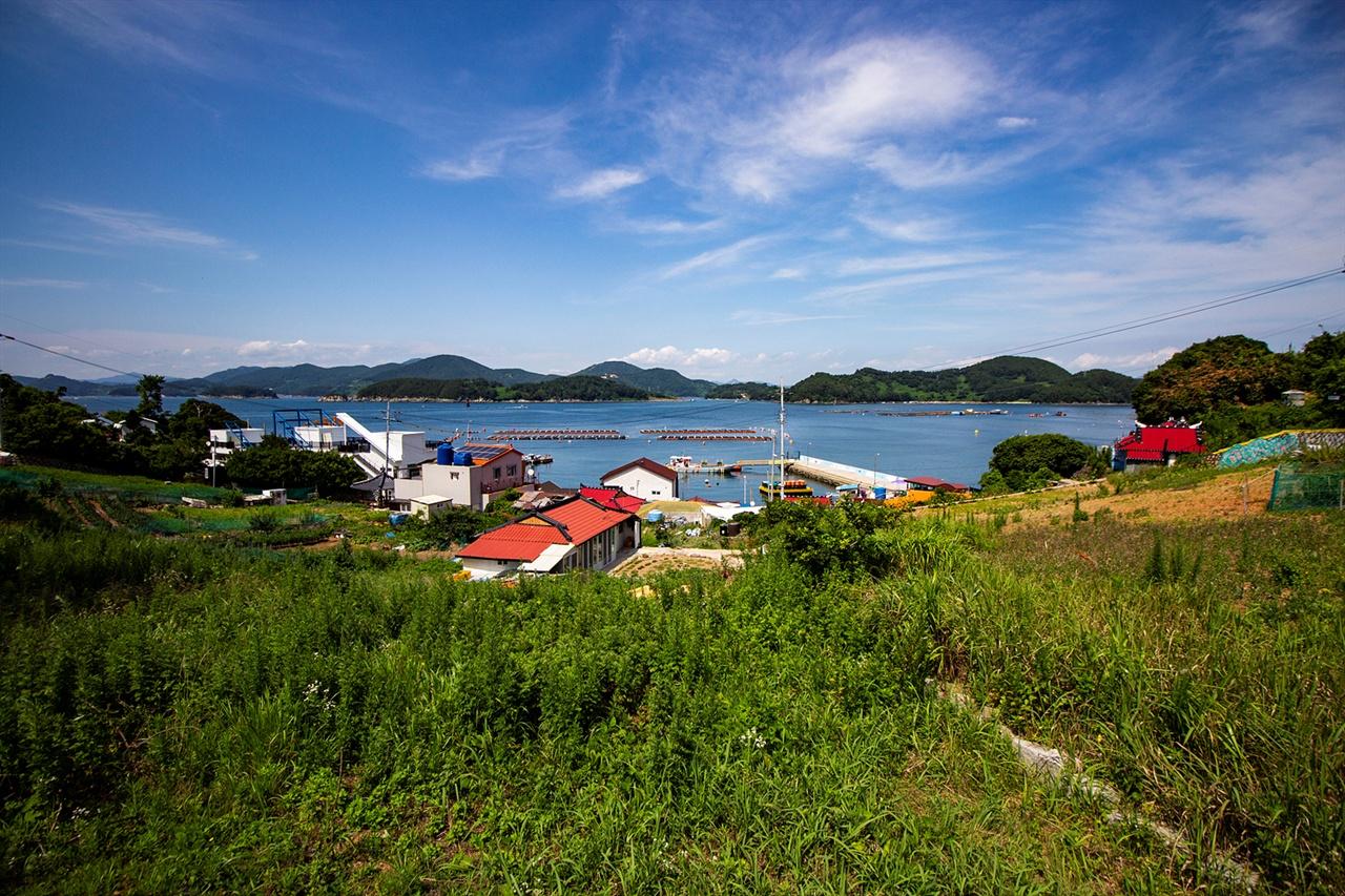 만지도 옛길에서 바라본 만지도 마을 만지도를 한 바퀴 도는 '몬당길'에서 본 섬마을과 바다 풍경은 매력적이다.