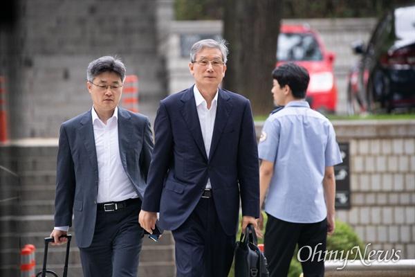 '사법행정권 남용 의혹'으로 직권남용 권리행사방해혐의를 받고 있는 고영한 전 대법관이 23일 오전 서울 서초구 서울중앙지방법원에서 재판에 출석하고 있다.