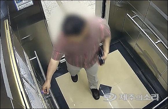 김씨가 2017년 6월2일 오전 10시30분쯤 A(당시 27세.여)씨가 살고 있는 서귀포시 모 아파트에서 엘리베이터를 타고 올라가는 모습. 김씨는 이날 피해자를 오전 11시11분까지 폭행해 살해한 혐의를 받고 있다.