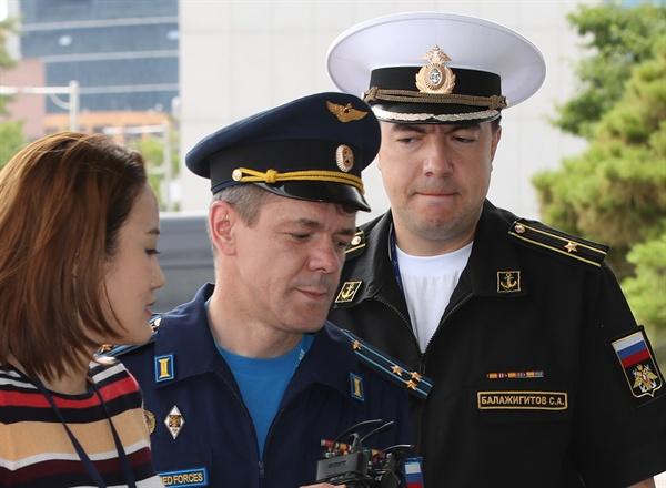 주한 러시아 대사관 무관 초치 주한 러시아 대사관 무관이 23일 러시아 군용기가 독도 우리 영공을 침범한 것과 관련해 서울 합참으로 초치되고 있다.