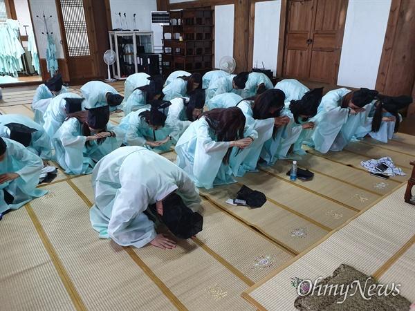 재외동포 모국연수에 참여한 청소년들이 지난 20일 구암서원에서 선비문화 체험을 하고 있는 모습.