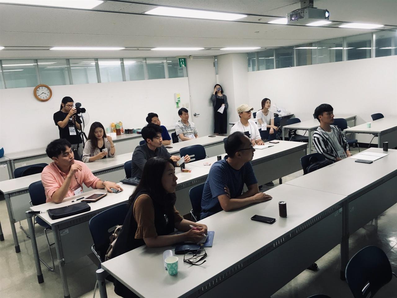 폭우를 뚫고 행사에 참가한 청년들 김해문화의전당 아람배움터 제3강의실에 모인 (예비)청년 창업가들